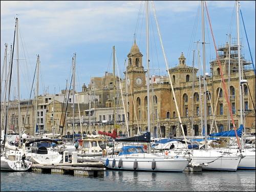 Man sieht die Stadt vor lauter Masten kaum: ein typischer Yachthafen Maltas