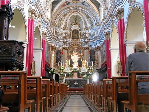 Im Inneren der St. Mary of Jesus Church in Rabat