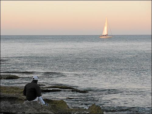 Segelboot vor St. Julian's im letzten Sonnenlicht