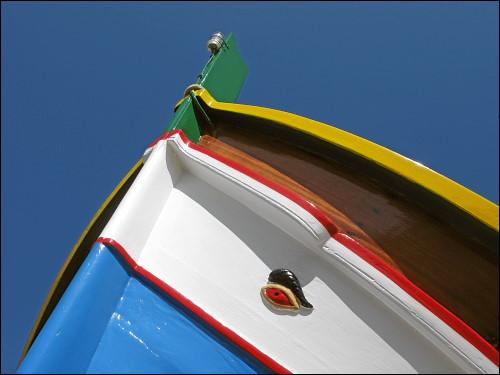 traditionelles Fischerboot mit dem Horusauge