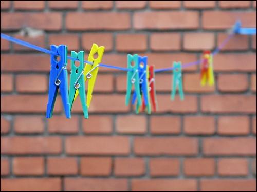 Wäscheklammern auf Wäscheleine, auf Wäsche wartend