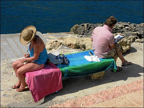 distanziertes Paar in der Bucht von Xlendi (Gozo)