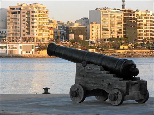 alte Kanone am Yachthafen von Paceville