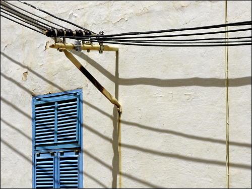 Hausfassade mit externer Stromleitungsführung