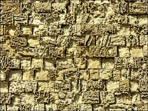 stark verwitterte Festungsmauer aus Kalksandstein