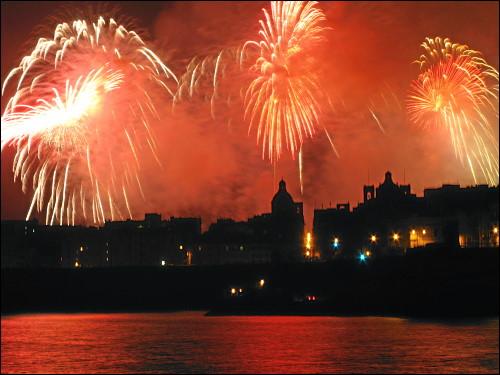 prächtiges Feuerwerk über dem Grand Harbour von Valletta