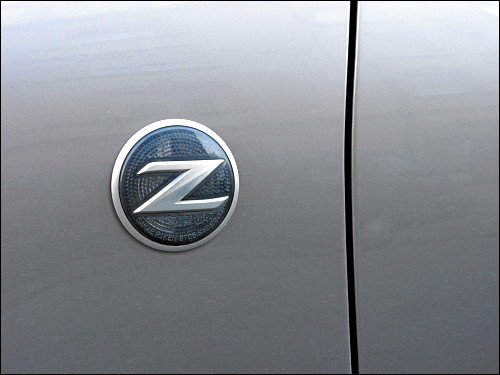 dynamisches Logo an schnittigem Einsatzwagen