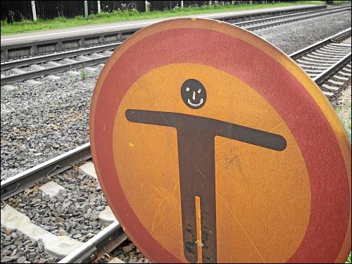 Warnschild im Bahnhof Regensburg-Prüfening