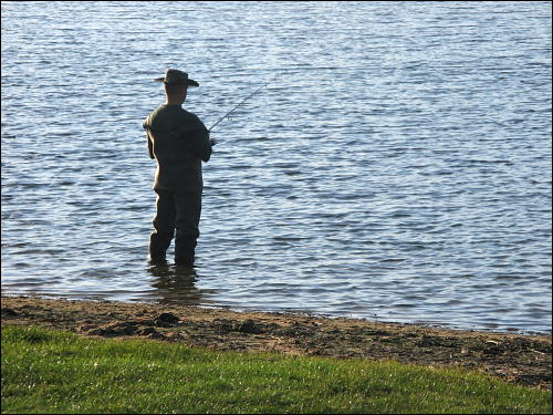 Im feuchten Element: Angler im Rothsee