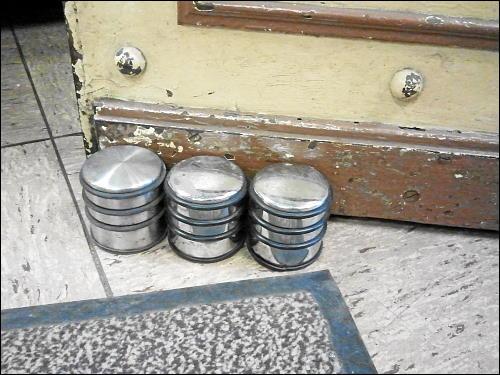 Drei schwere Türstopper beim Aufhalten einer schweren Ladentür in der Fürther Altstadt