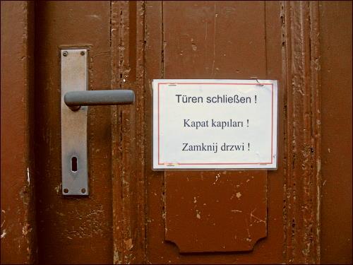 multilingual beschriftete Haustür
