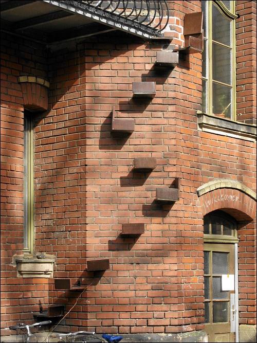 Katzentreppe an einer rückwärtigen Fürther Altbau-Fassade