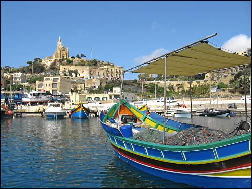 Bunte Boote im Hafen von Mgarr