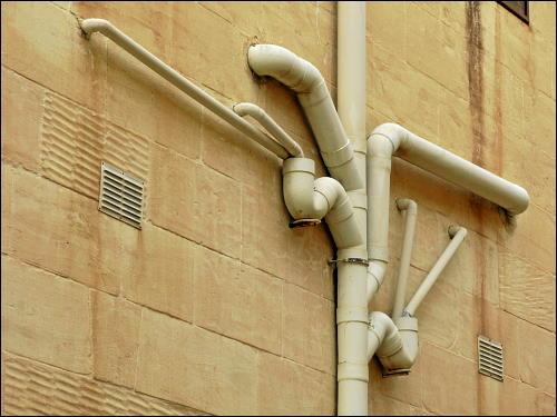 künstlerisch wertvolle Abwasserleitungsführung