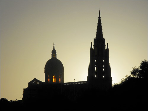 Kirche im letzten Abendlicht