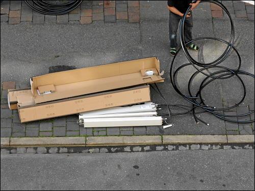 Arbeiter beim Aufräumen von Kabeln und Antennenelementen