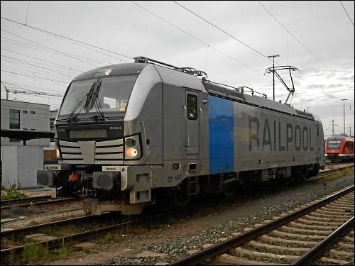 Siemens Vectron 193 802-6 der Railpool GmbH mit gelber Quietsche-Ente am Führerstandsfenster