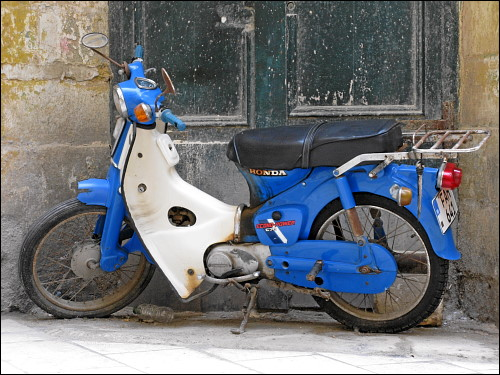 blauweißes Moped