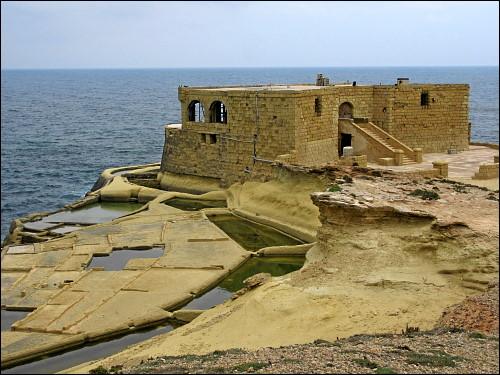 aufgegebenes Restaurant an der Qbajjar-Bucht