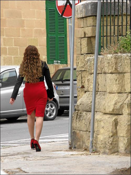 in den Feierabend enteilende Malteserin