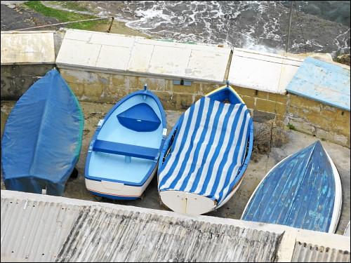 graue Dächer, blaue Boote