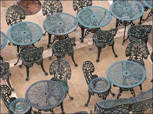 verwaiste Stühle und Tische in einem Café an den Festungsmauern Vallettas