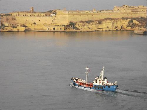 kleiner Kutter bei der Ausfahrt aus dem Hafen von Valletta