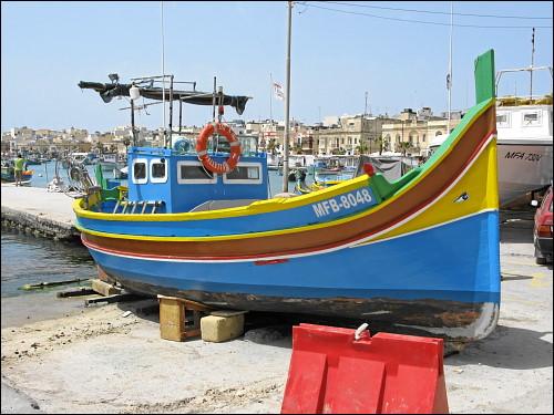 aufgebocktes Fischerboot in Marsaxlokk