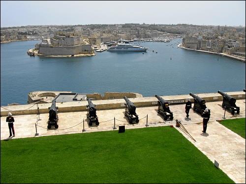Saluting Battery der Upper Barrakka Gardens über dem Hafen von Valletta
