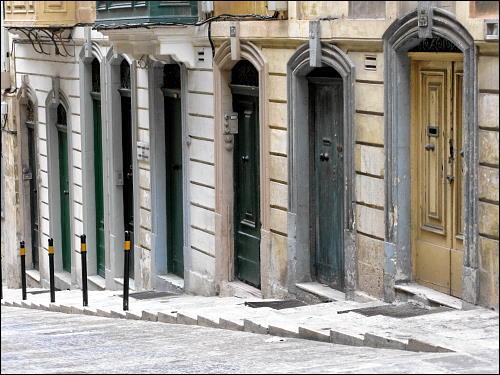 Tür an Tür: schmale Häuserfronten in der Altstadt von Valletta