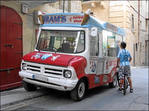mobile Eisdiele im Einsatz in den abendlich dahindämmernden Gassen Vallettas