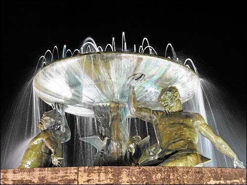 nächtliches Wasserspiel: der Tritonbrunnen von Valletta