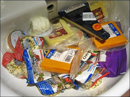 am Abend vor dem Heimflug eingekaufte und behelfsmäßig wassergekühlte Käse-Spezialitäten