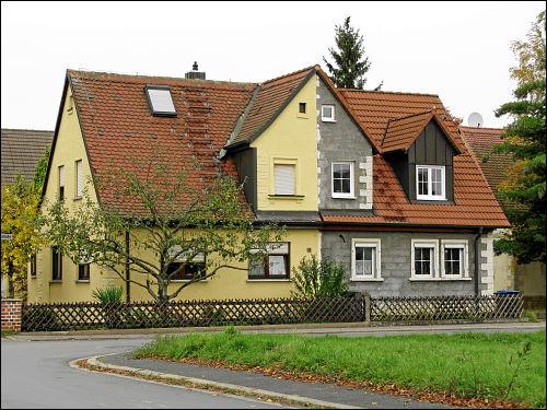 eher das Auge beleidigt als den Nachbar beteiligt: (ober)fränkisches Doppelhaus