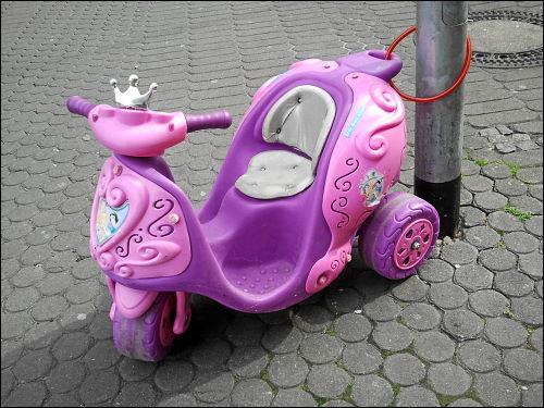 Disney-Kitsch-Kinder-Roller am Nürnberger Aufseßplatz