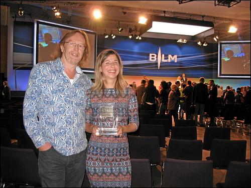 Julia Thomas und Thomas Steigerwald mit dem frisch verliehenen BLM-Telly