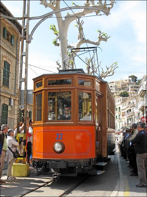 historische Straßenbahn am Endhalte- und Wendepunkt in Port de Sóller