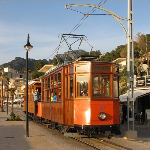 Straßenbahn an der Uferpromenade von Port de Sóller