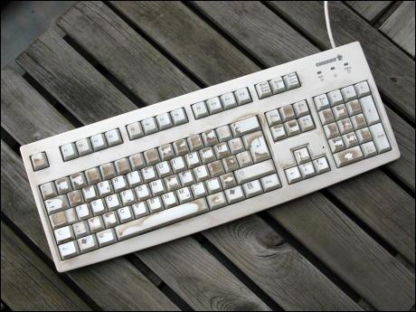 PC-Tastatur einer sich regelmäßig schminkenden Freundin