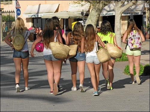 junge Mädchen beim Abend-Auslauf an der Strandpromenade von Port de Sóller