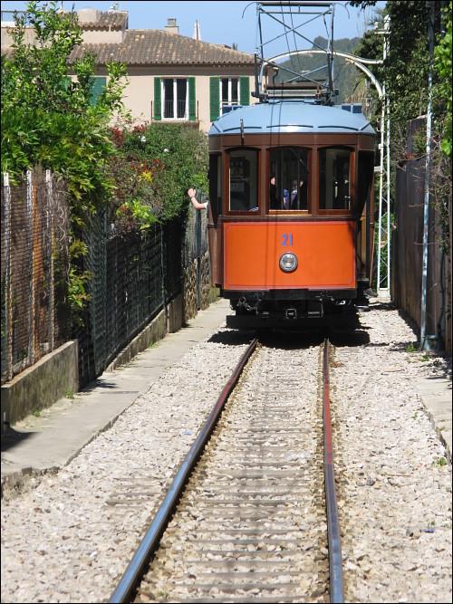 Straßenbahn in Sóller auf eng gefaßter Trasse zwischen zwei Garten-Grundstücken