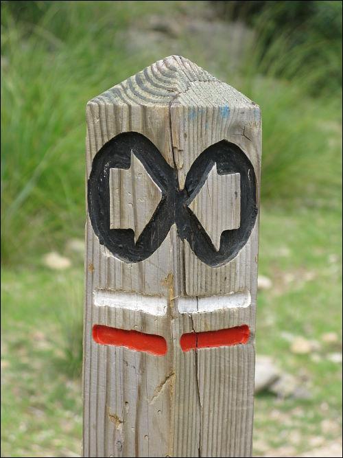 Wanderweg-Markierungspfahl