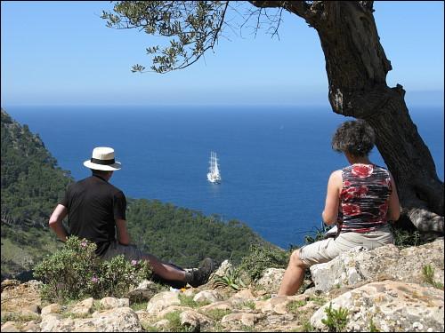 Wandererpaar beim Picknick mit Meeresblick