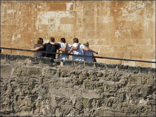 Touristen beim gegenseitigen Haltsuchen