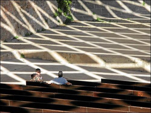 Schattenspiele unter einem Sonnendach aus rautenförmigen Segmenten