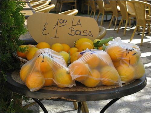 beutelweise Niedrigpreise: Orangen-Angebot in Valldemossa