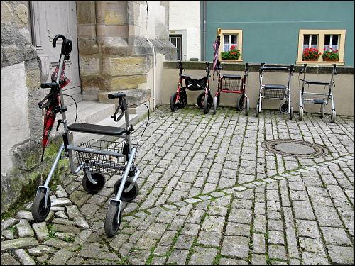 vor der Kirche von Ipsheim abgestellte Rollatoren