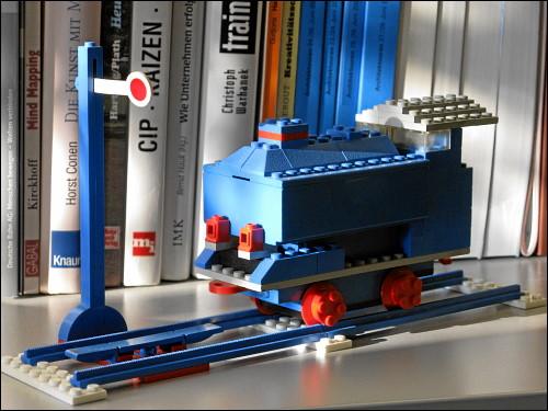 zonebattler's LEGO-Lok aus Kindertagen, nunmehr in seinem Büro auf- und ausgestellt