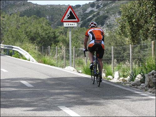 Rennradler auf bergiger Strecke