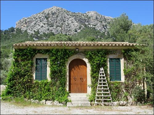 mallorquinisches Gartenhäuschen mit landesüblicher Leiter